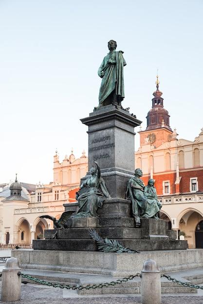 ポーランドの詩人アダムミツキェヴィチに捧げられた記念碑 Premium写真