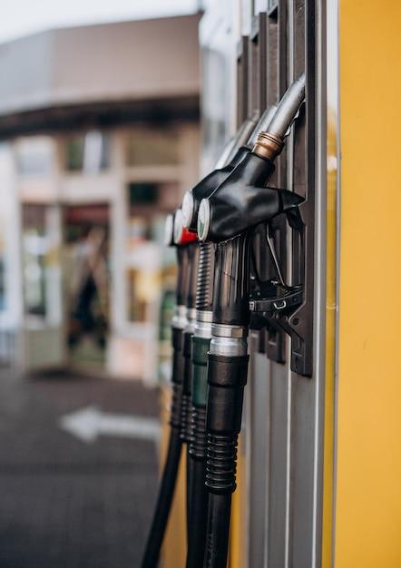 ピストルショップの背景を持つ黄色のガソリンスタンド Premium写真