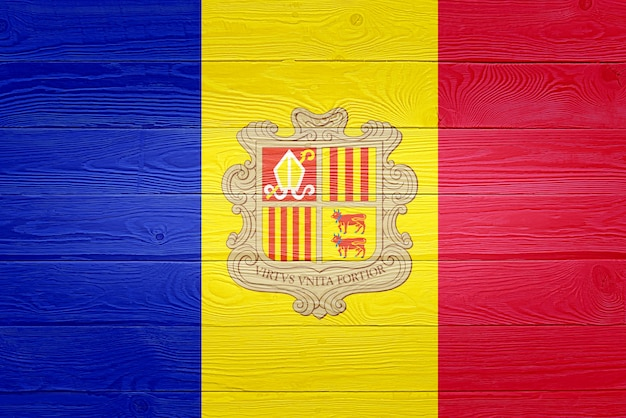 Флаг андорры нарисован на фоне старой деревянной доски Premium Фотографии