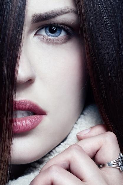 長い茶色の毛を持つ女性 Premium写真