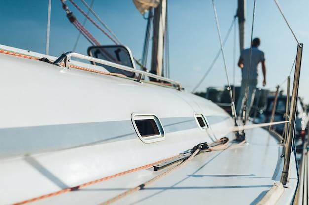 Человек на парусной лодке Premium Фотографии