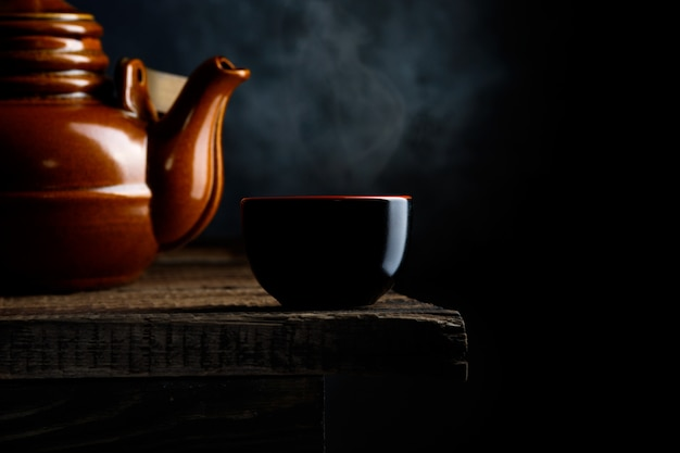 Азиатская еда. чай на темном деревенском фоне. Premium Фотографии
