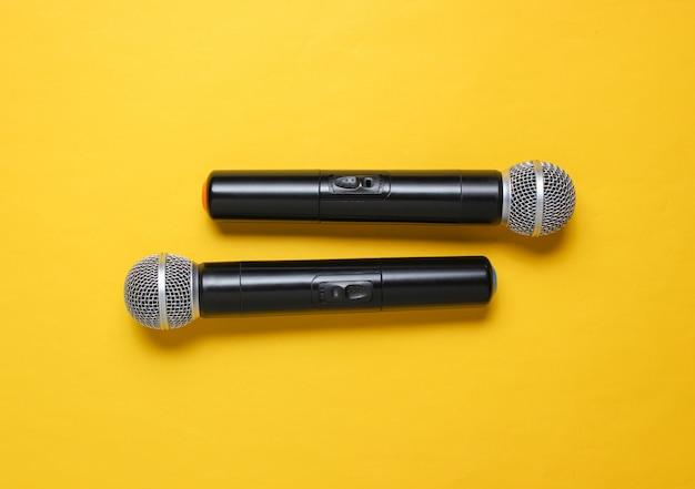 Два беспроводных микрофона на желтом. Premium Фотографии