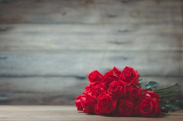 テーブルの上の赤いバラの花束 Premium写真