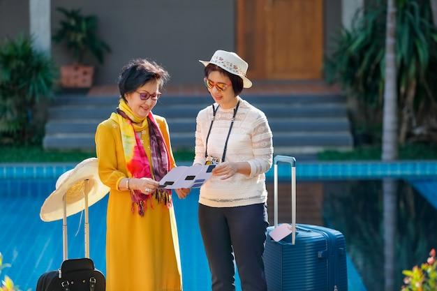 娘と一緒に古い年配の女性観光客 Premium写真