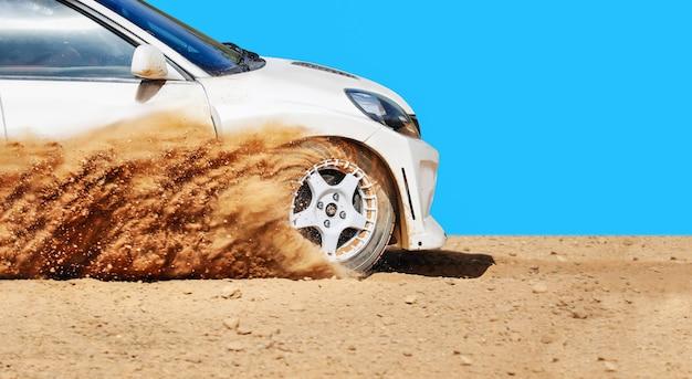 ダートトラックでラリーレーシングカー Premium写真