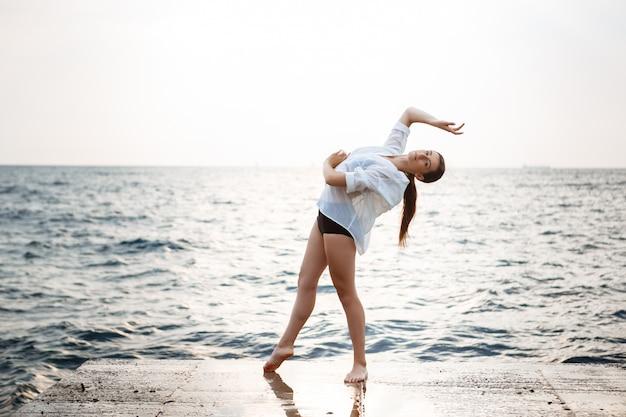 Молодая красивая балерина танцует и позирует на улице Бесплатные Фотографии