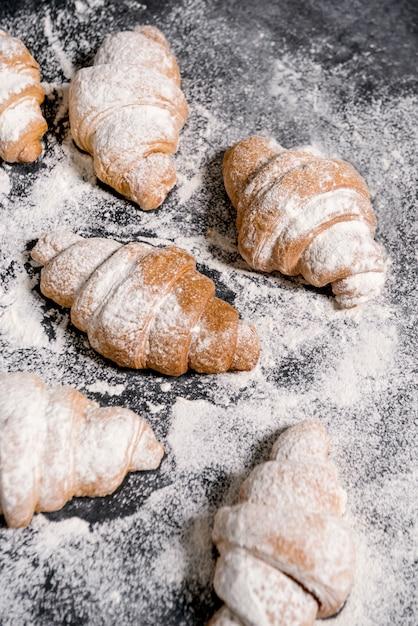灰色のテーブルに粉砂糖をクロワッサン。 無料写真