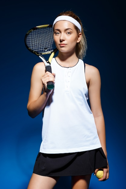 Теннисистка с ракеткой на плече Бесплатные Фотографии