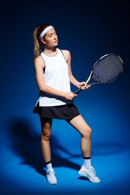 Теннисистка с ракеткой позирует Бесплатные Фотографии