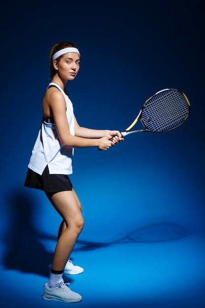 Теннисистка с ракеткой готова ударить по мячу. Бесплатные Фотографии