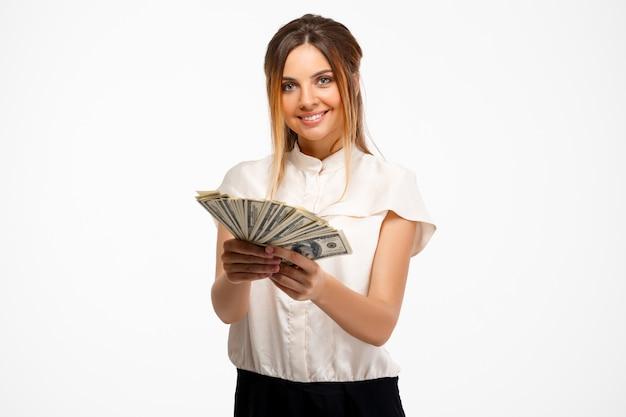 Молодой успешный бизнесмен, холдинг деньги на белом фоне. Бесплатные Фотографии