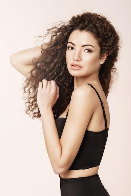 Портрет красивой девушки на розовой стене Бесплатные Фотографии