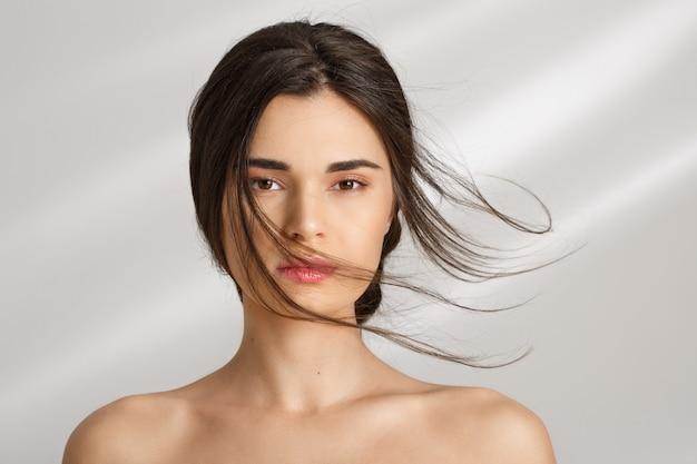 Красивая женщина после спа-процедур, наслаждаясь. уход за красотой Бесплатные Фотографии