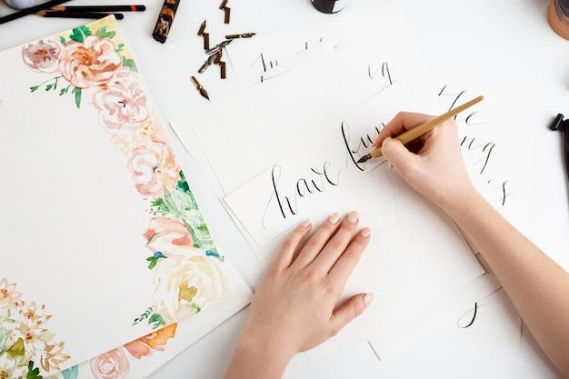 Девушка написание каллиграфии на открытках. арт дизайн. Бесплатные Фотографии