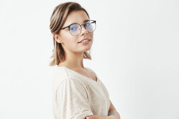 笑顔のメガネの美しい少女の肖像画。 無料写真