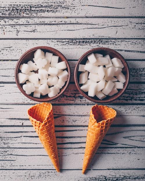 ボウルにアイスクリームワッフルの上面白砂糖 無料写真