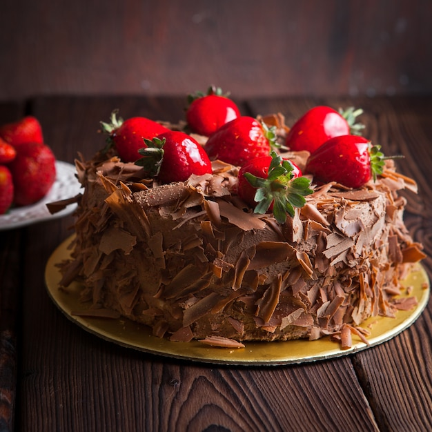 木製のテーブルにイチゴのフルーツケーキ 無料写真