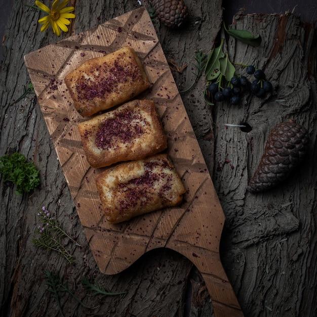 木の樹皮の木製のスタンドに自家製の肉とトップビューパンケーキ 無料写真