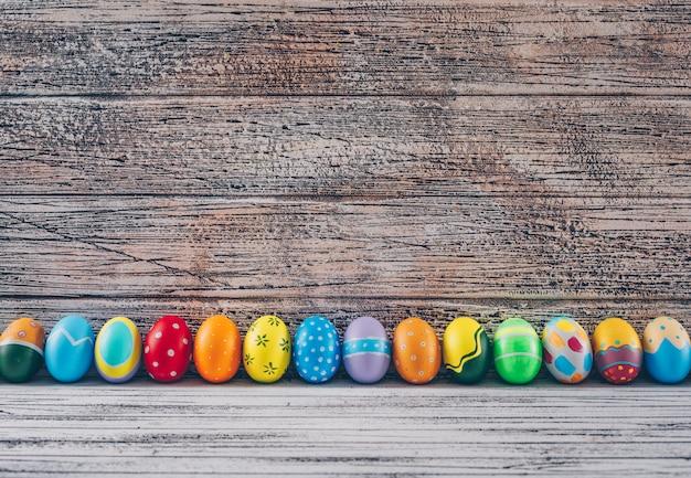 Пасхальные яйца на светлом фоне деревянные. Бесплатные Фотографии