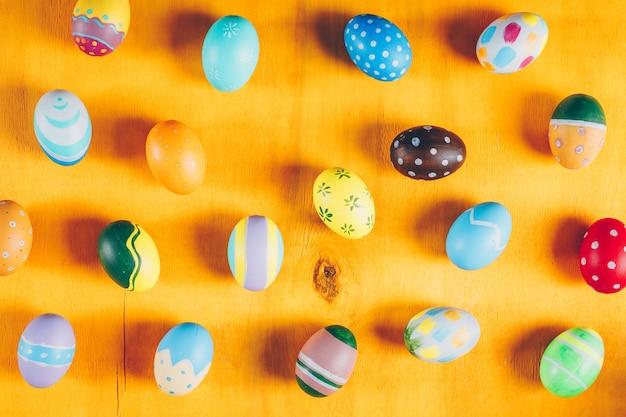 Пасхальные яйца на желтом фоне деревянных. Бесплатные Фотографии