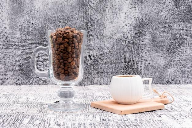 ガラスと表面においしいコーヒーのカップでコーヒー豆 無料写真