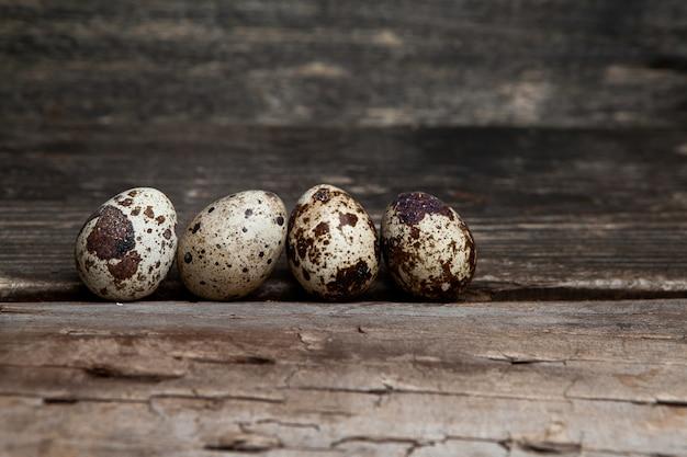 Некоторые перепелиные яйца на фоне темных деревянных, вид сбоку. свободное место для вашего текста Бесплатные Фотографии