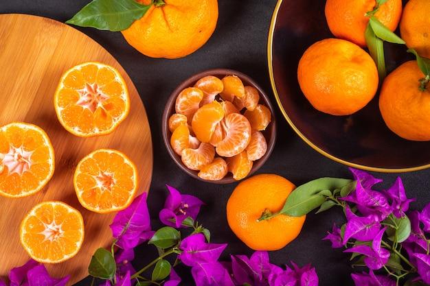 Вид сверху мандарин концепции свежие мандарины и фиолетовые цветы Бесплатные Фотографии