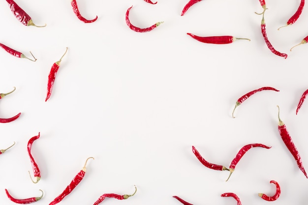 白い表面にコピースペースを持つ赤乾燥唐辛子トップビュー 無料写真