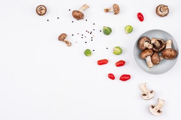 フレームの右側の部分にカラフルな小さな野菜が点在 無料写真