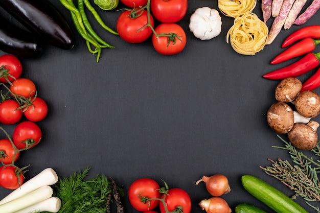 黒地にカラフルな野菜フレーム 無料写真