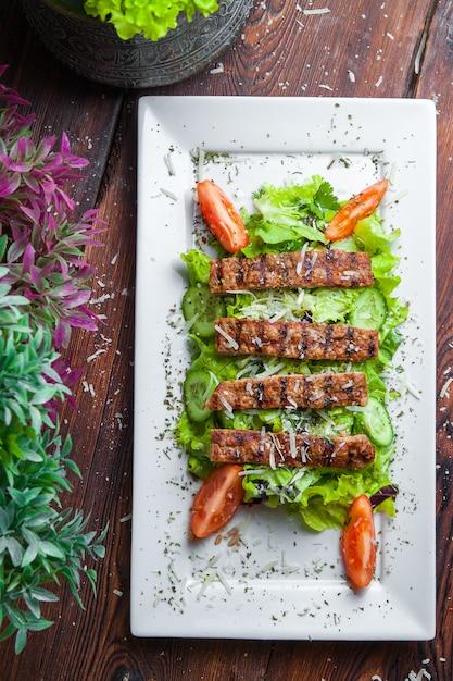 新鮮なレタス、パルメザンチーズ、揚げクルトン、ローストビーフのトップビューシーザーサラダ 無料写真