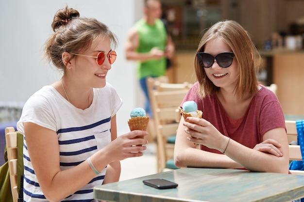 ポジティブな女性の仲間は楽しい表情を持っています Premium写真