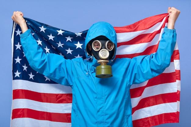 Студия выстрел мужчина-эколог держит флаг сша за ним Premium Фотографии