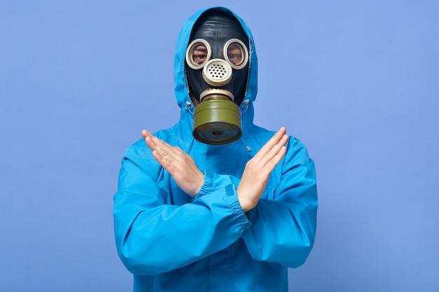 Крытый выстрел химического ученого, показывая стоп жест со скрещенными руками Premium Фотографии