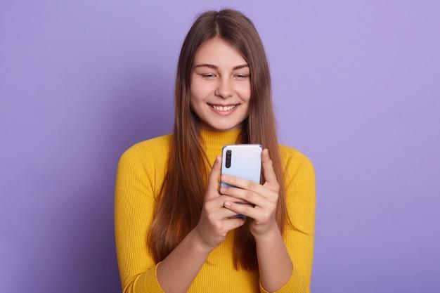 Довольно привлекательная женщина с позитивным выражением лица Premium Фотографии