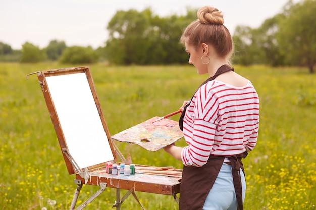 Образ художницы, работающей с акварелью Бесплатные Фотографии