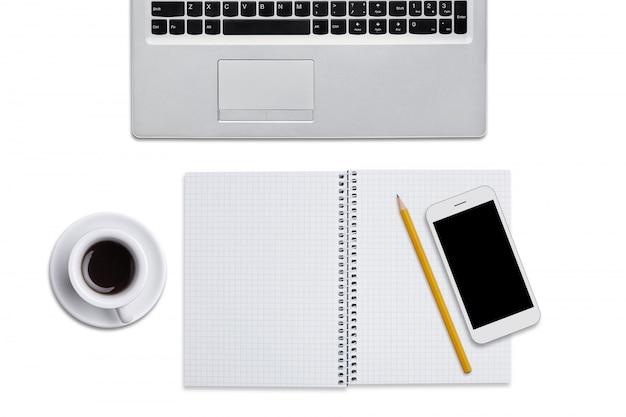 ノートパソコン、鉛筆、スマートフォン、白い背景で隔離されたコーヒーのカップとスパイラルノートの平面図です。ビジネスマンの職場 無料写真