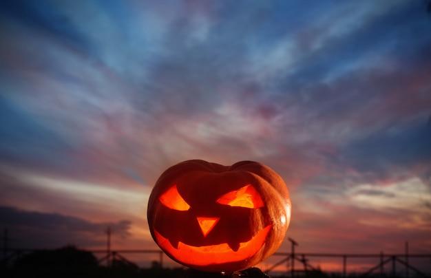 Хэллоуин тыква на фоне заката Premium Фотографии