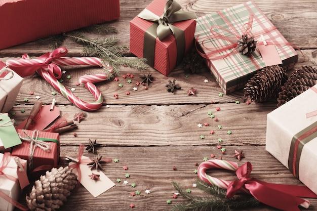 古い木製のテーブルにクリスマスプレゼント Premium写真