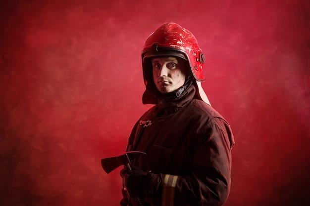 濃い赤の制服を着た消防士の肖像画 Premium写真