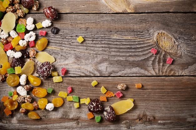Смешайте орехи и сухофрукты на деревянном фоне Premium Фотографии
