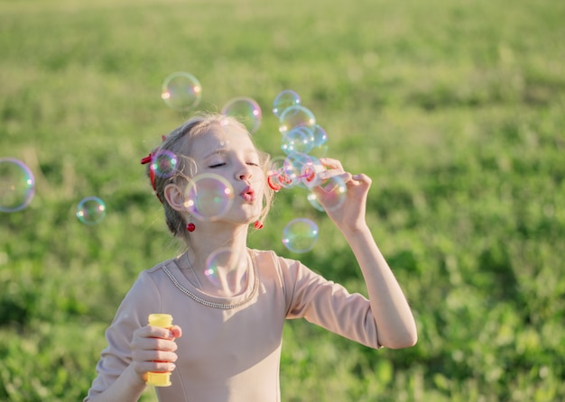 石鹸の泡で幸せな女の子 Premium写真
