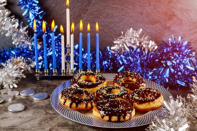 燃焼キャンドルとチョコレートと甘いドーナツと本枝の燭台 Premium写真