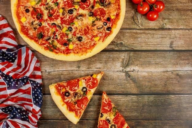 Партия пиццы на американский праздник на деревянном столе. Premium Фотографии