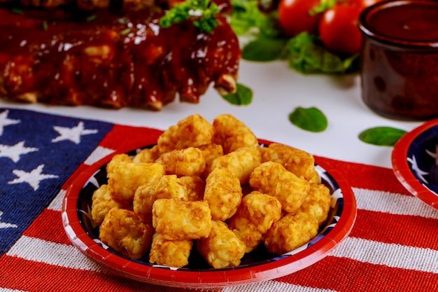 Праздничный стол с картофелем и ребрами для барбекю на день независимости. Premium Фотографии