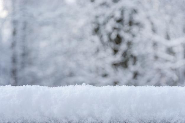 雪と自然な背景をぼかした写真の雪のクリスマスの背景。明けましておめでとうございます。冬の背景。コピースペース。 Premium写真