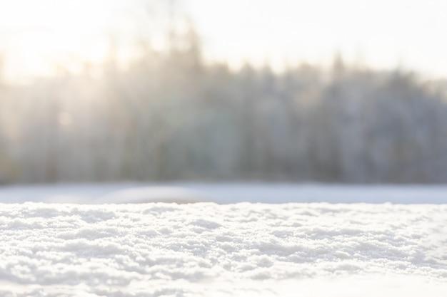Рождественские фон со снегом и снежинки на размытом фоне естественных. с новым годом, праздничное настроение. зимний фон копировать пространство Premium Фотографии