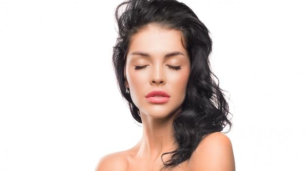 Женский портрет с закрытыми глазами. концепция спа, красоты и ухода за кожей. Premium Фотографии