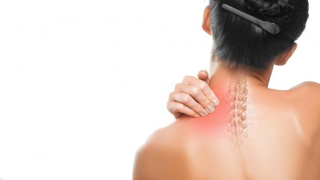 医療コンセプト:首の痛み。女性の首と背中をクローズアップ。 Premium写真